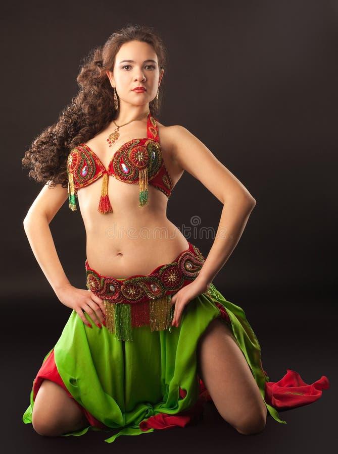 Jong schoonheidsmeisje in Arabisch kostuum stock fotografie