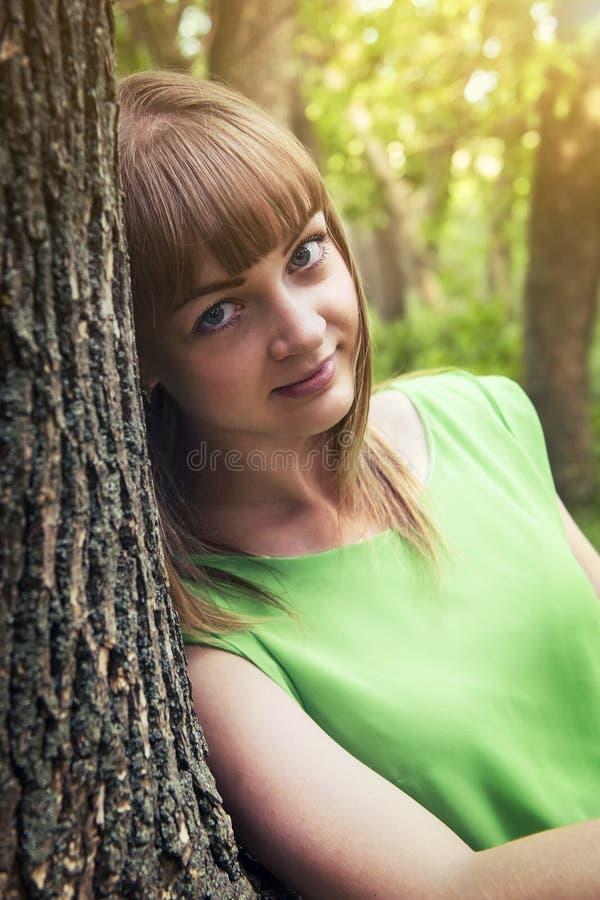 Jong sensueel meisje die tegen een boom leunen royalty-vrije stock foto's