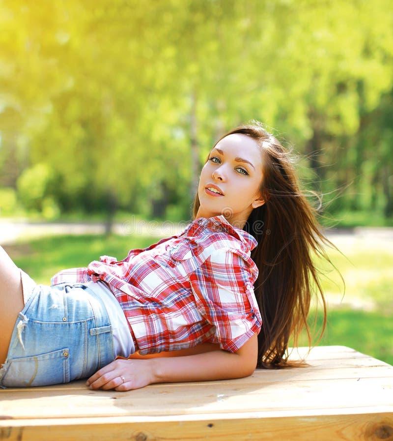 Jong sensueel mooi meisje in de stijl van het land royalty-vrije stock afbeeldingen