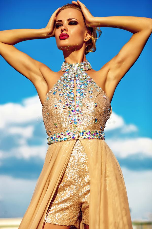 Jong sexy blond vrouwenmodel in avondjurk royalty-vrije stock fotografie