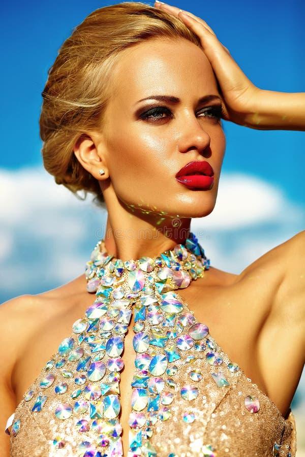 Jong sexy blond vrouwenmodel in avondjurk stock afbeeldingen