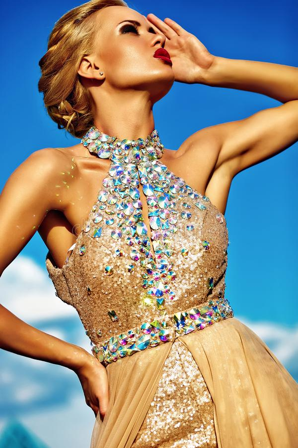 Jong sexy blond vrouwenmodel in avondjurk royalty-vrije stock foto