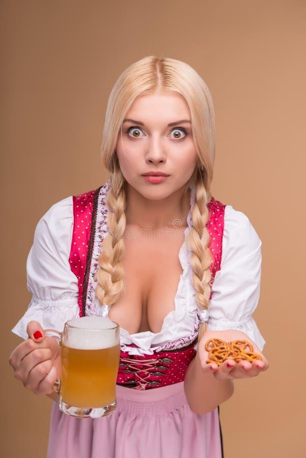 Jong sexy blonde die dirndl dragen stock fotografie