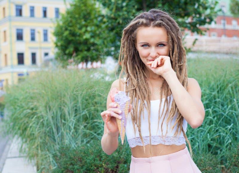 Jong sexy blondemeisje die met ontzetting multicolored roomijs in wafelkegels eten in de zomeravond, blij en vrolijk Europea stock afbeeldingen