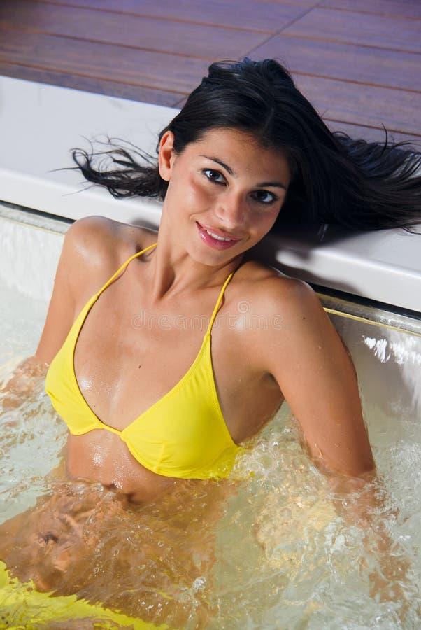 Jong sexy brunette die een bad nemen stock foto's