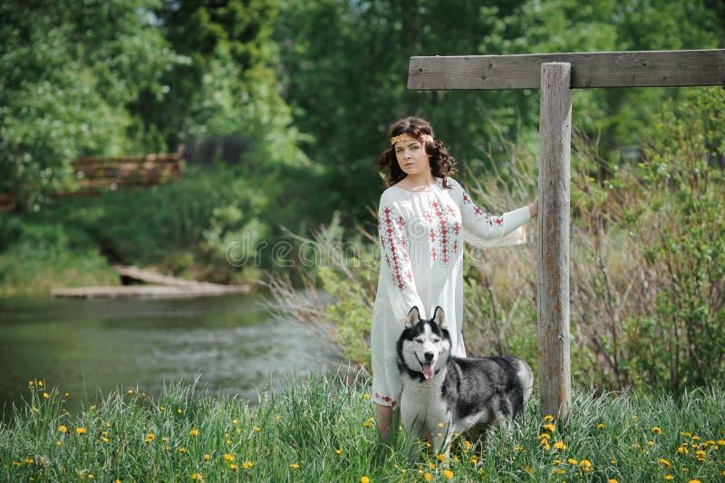 Jong Slavisch meisje met een schor hond stock foto's