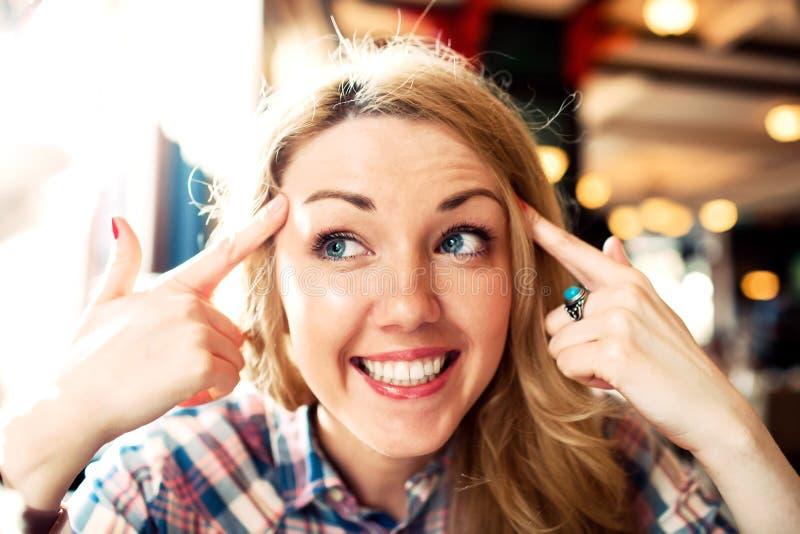 Jong slim positief die het succesvolle vrouw glimlachen denken stock foto's