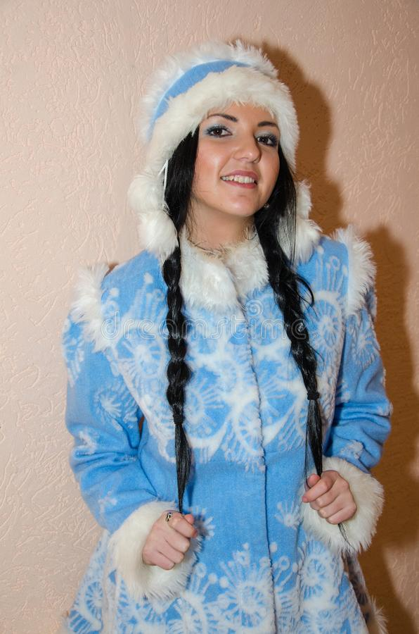Jong sneeuwmeisje De sexy vrouw kleedde zich in het Meisje van de het kostuumsneeuw van het traditionele Russische Nieuwjaar, een stock foto's