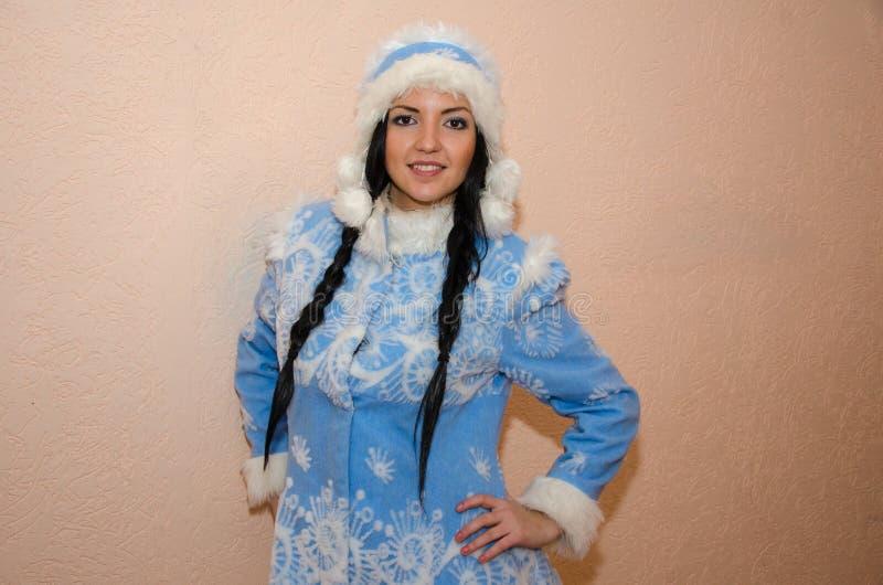 Jong sneeuwmeisje De sexy vrouw kleedde zich in het Meisje van de het kostuumsneeuw van het traditionele Russische Nieuwjaar, een royalty-vrije stock afbeelding