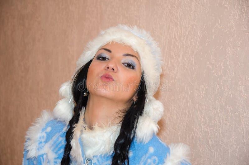 Jong sneeuwmeisje De sexy vrouw kleedde zich in het Meisje van de het kostuumsneeuw van het traditionele Russische Nieuwjaar, een royalty-vrije stock afbeeldingen