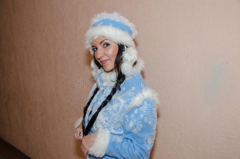 Jong sneeuwmeisje De sexy vrouw kleedde zich in het Meisje van de het kostuumsneeuw van het traditionele Russische Nieuwjaar, een royalty-vrije stock fotografie