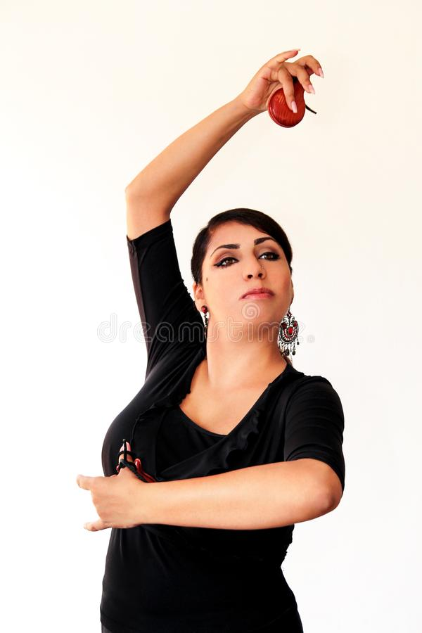 Jong Spaans zigeunervrouw het dansen flamenco met bruine castagneten stock foto