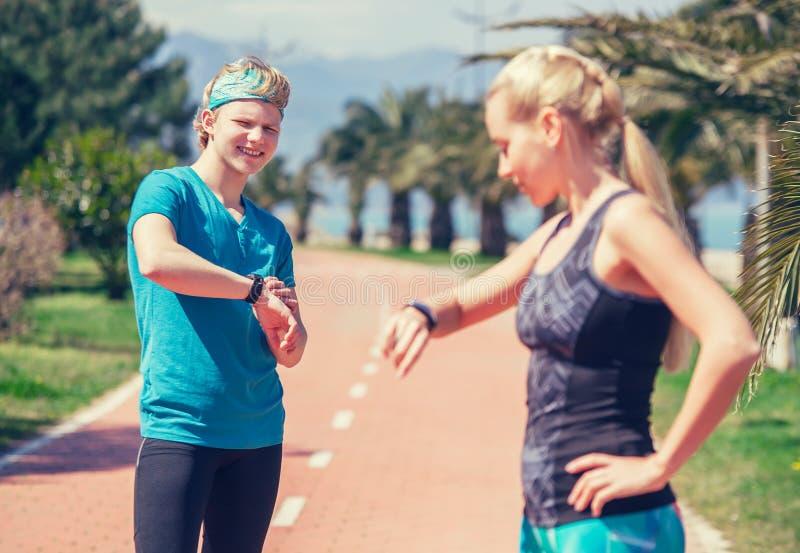 Jong sportief paar die hun tijdopnemer beginnen vóór jogging royalty-vrije stock fotografie