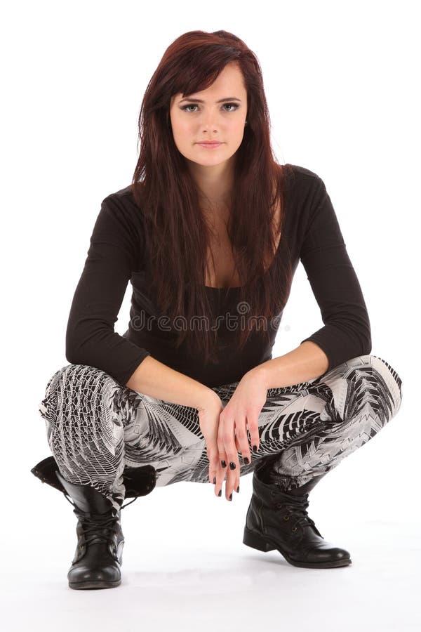 Jong stedelijk dansmeisje in het zwarte laarzen buigen stock foto's