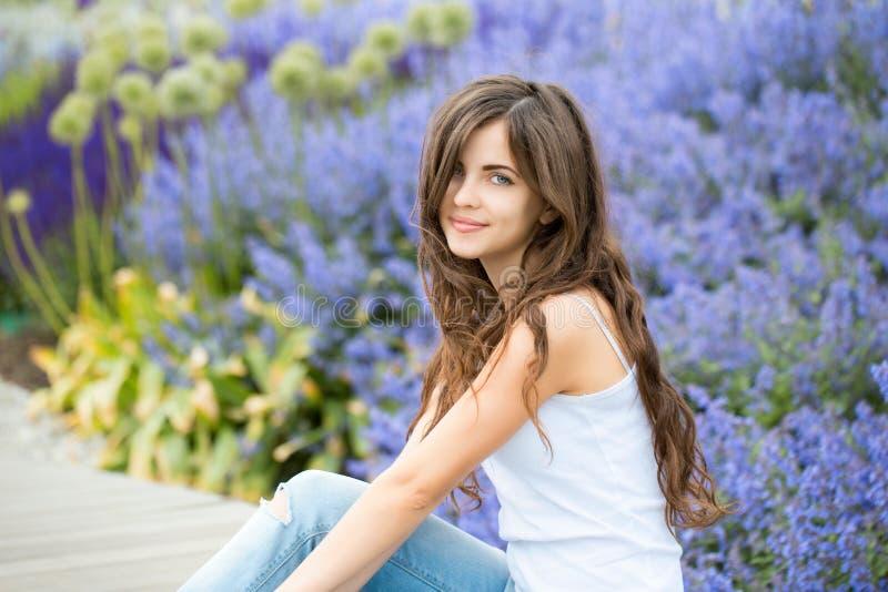 Jong studentenmeisje in het park royalty-vrije stock foto
