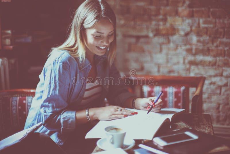 Jong studentenmeisje het werk thuiswerk in koffie stock fotografie