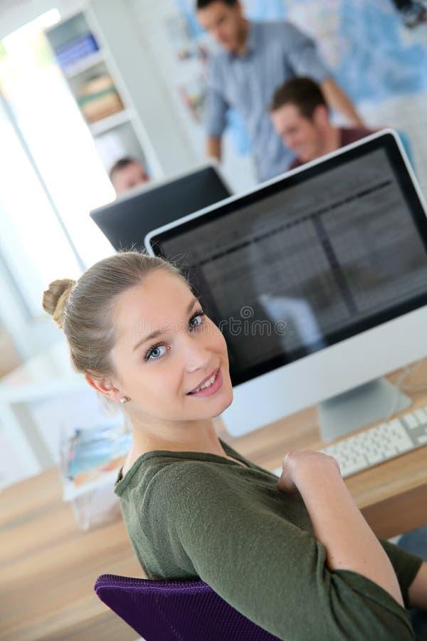 Jong studentenmeisje op computer royalty-vrije stock foto