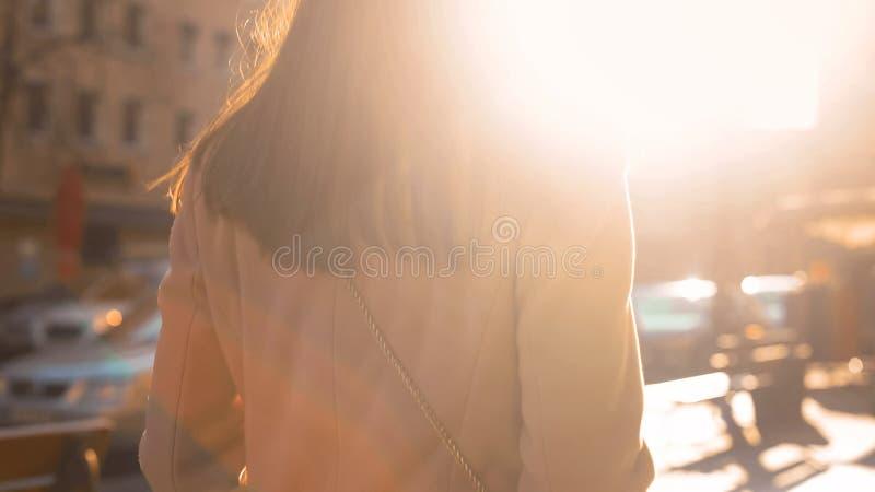 Jong succesvol wijfje die in zonovergoten de herfststraat lopen, de toeristische dienst royalty-vrije stock foto's
