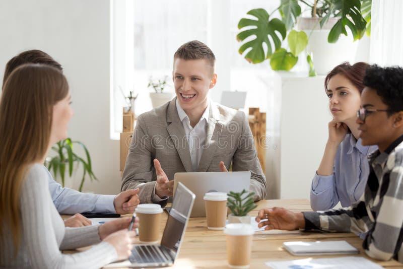 Jong succeszakenlui op vergadering in bureau stock foto