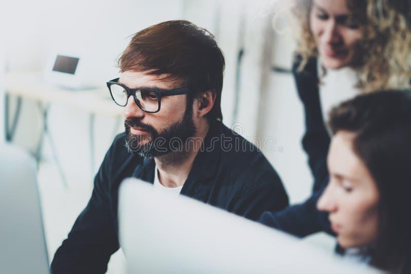 Jong team die in vergaderzaal op kantoor samenwerken Het procesconcept van de medewerkersbrainstorming horizontaal vaag stock foto