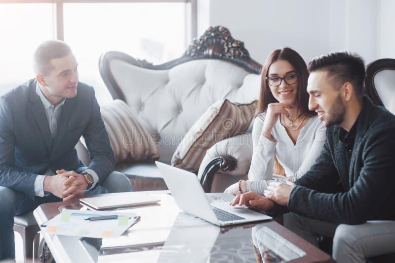 Jong team van medewerkers die grote bedrijfsbespreking in modern coworking bureau maken Het concept van groepswerkmensen stock foto's