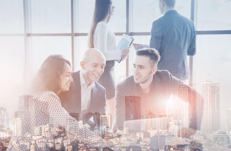 Jong team van medewerkers die grote bedrijfsbespreking in modern coworking bureau maken Het concept van groepswerkmensen dubbel royalty-vrije stock foto's