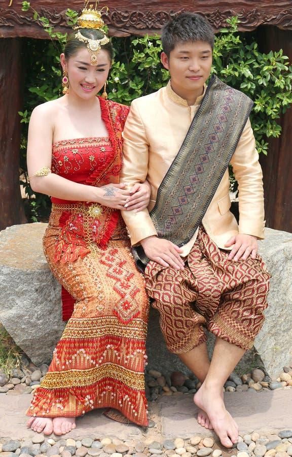 Jong Thais Paar in traditionele uitrusting zitting en het stellen bij Chalong-Tempel royalty-vrije stock fotografie