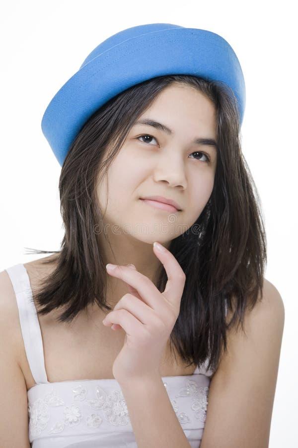 Jong tienermeisje in blauwe hoed, het denken royalty-vrije stock foto's