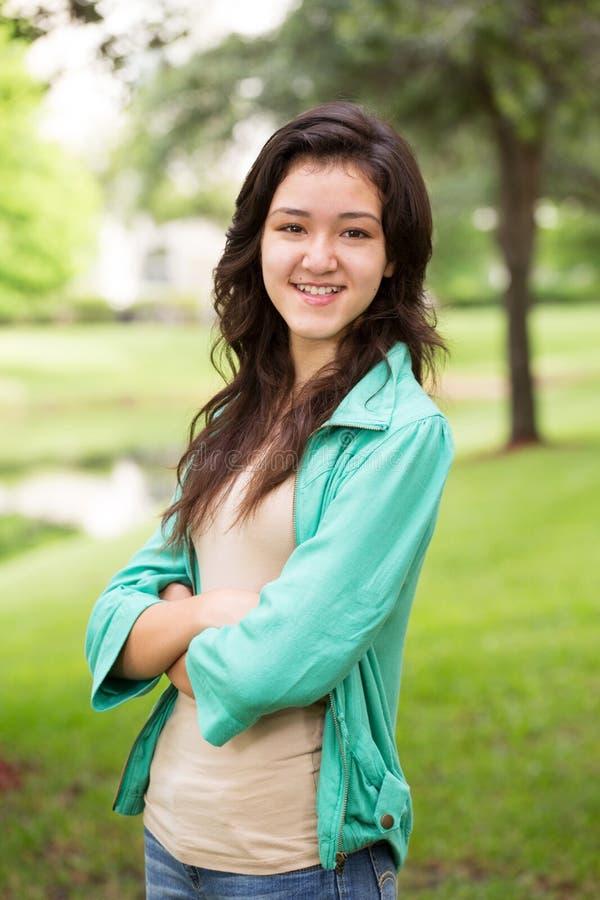 Jong tienermeisje die buiten glimlachen royalty-vrije stock afbeelding