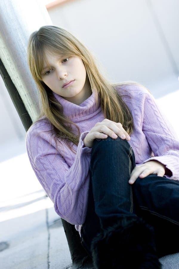 Jong tienermeisje met droevige gedeprimeerde uitdrukking royalty-vrije stock foto