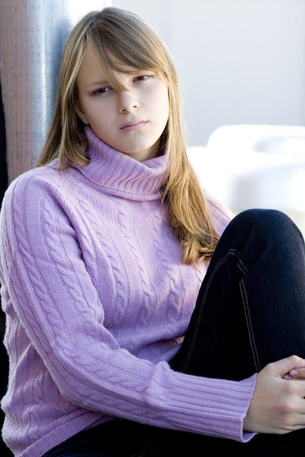 Jong tienermeisje met gedeprimeerde uitdrukking royalty-vrije stock foto's