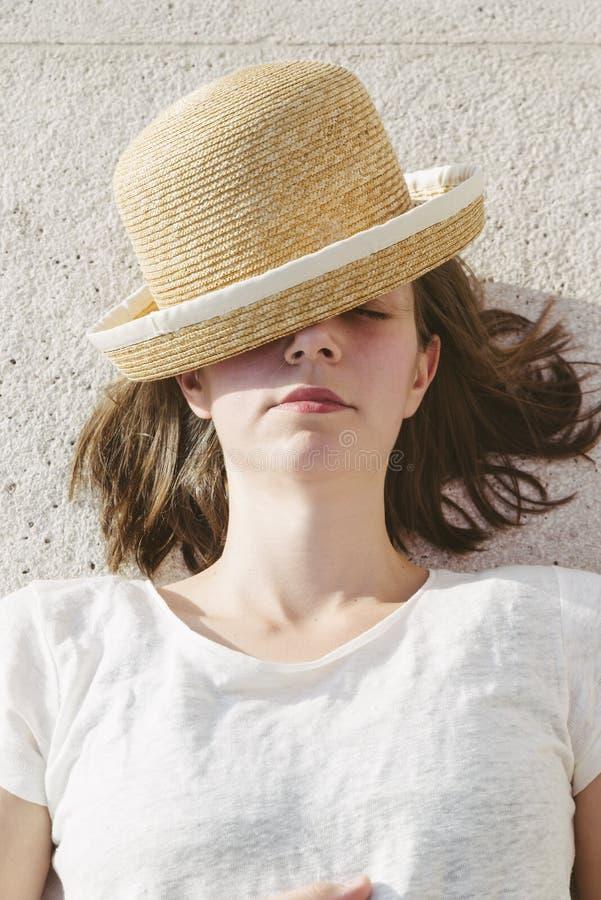 Jong toevallig meisje die een ontspannen hoed en zonnebril dragen stock afbeeldingen
