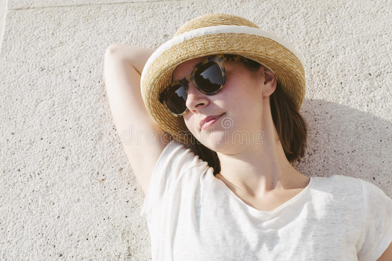 Jong toevallig meisje die een ontspannen hoed en zonnebril dragen royalty-vrije stock foto