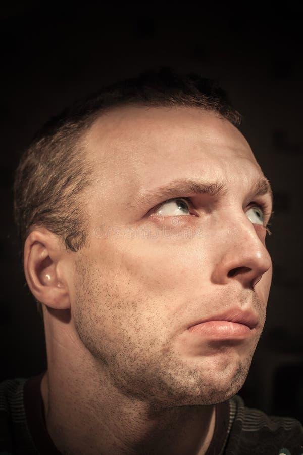 Jong verward Kaukasisch mensenportret stock fotografie