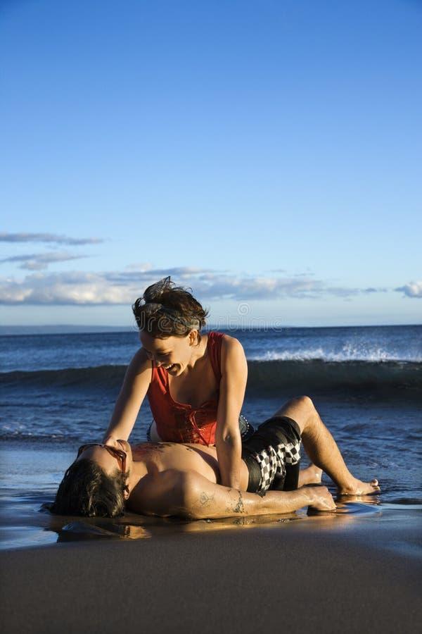 Jong volwassen paar op strand. royalty-vrije stock afbeelding