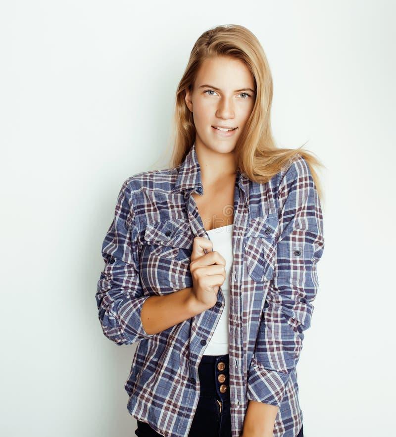 Jong vrij blond meisje die hipster frendly tegen witte muur als achtergrond, glimlachende vrouw met lang haar stellen royalty-vrije stock afbeeldingen