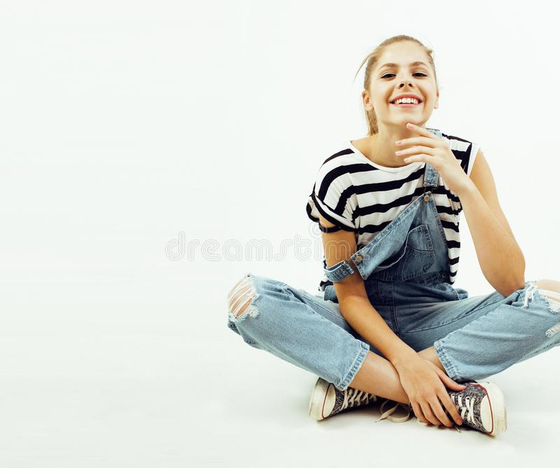 Jong vrij modieus hipstermeisje die emotioneel stellen geïsoleerd op witte achtergrond gelukkige het glimlachen koele glimlach, l royalty-vrije stock afbeeldingen