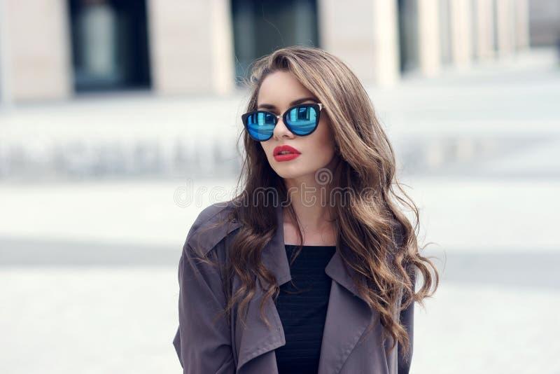 Jong vrij modieus meisje in zonnebril stock afbeeldingen