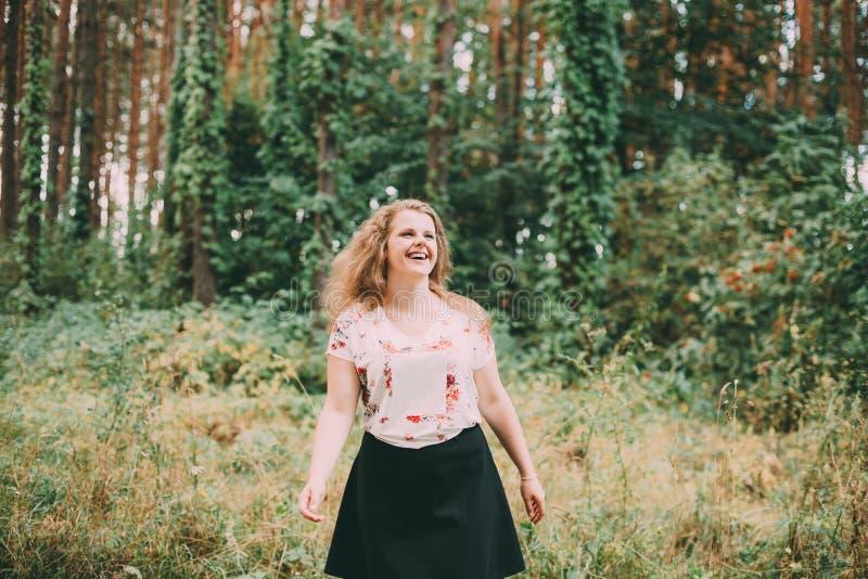 Jong vrij plus Kaukasische Lachende het Meisjesvrouw van het Grootte Golvende Bruine Haar stock afbeeldingen