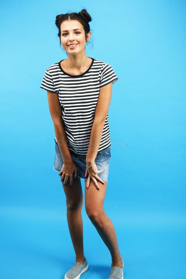 Jong vrij tiener modern meisje die emotionele gelukkig op blauwe achtergrond, het concept van levensstijlmensen stellen royalty-vrije stock afbeelding