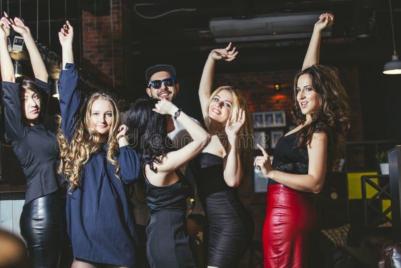 Jong vrolijk bedrijf van vrienden bij clubbar het dansen het hebben royalty-vrije stock fotografie