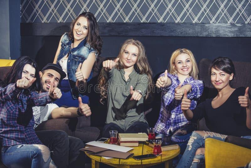 Jong vrolijk bedrijf van vrienden met mede mobiel, tablet en thee royalty-vrije stock foto