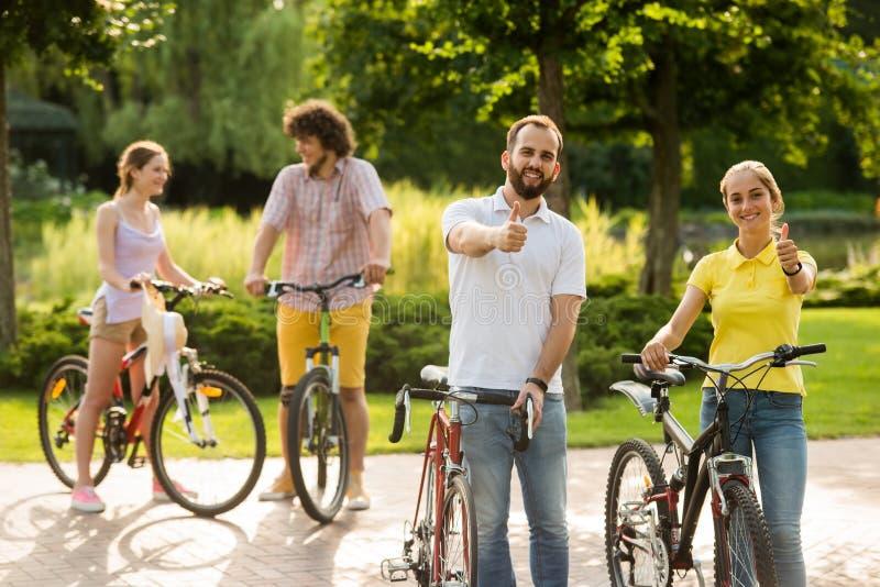 Jong vrolijk paar met fietsen stock foto