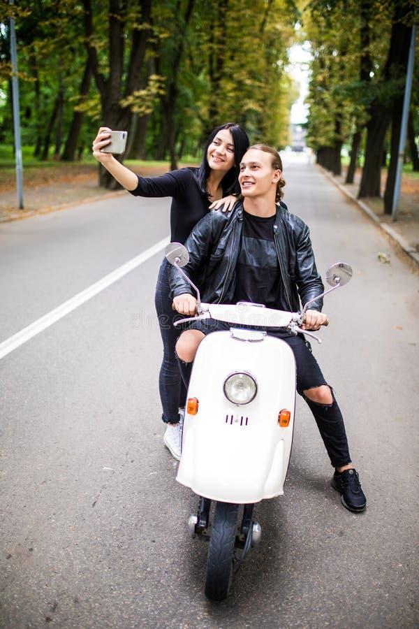Jong vrolijk paar van toerist op een uitstekende autoped in de stad, royalty-vrije stock foto
