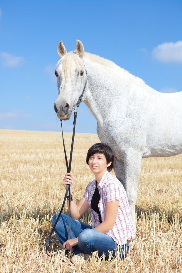 Jong vrouw en Paard stock foto's