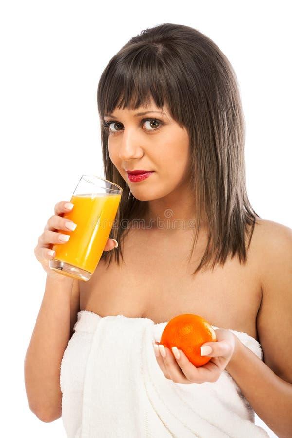 Jong vrouw het drinken jus d'orange royalty-vrije stock fotografie