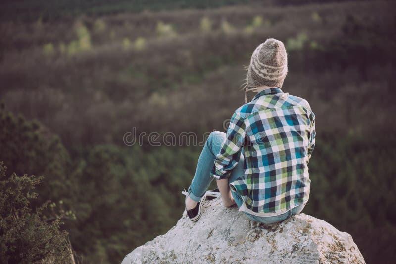 Jong vrouw het letten op landschap, openlucht stellen stock foto's