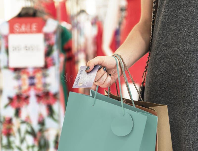 Jong Vrouw het Winkelen Concept Van de consument stock afbeelding