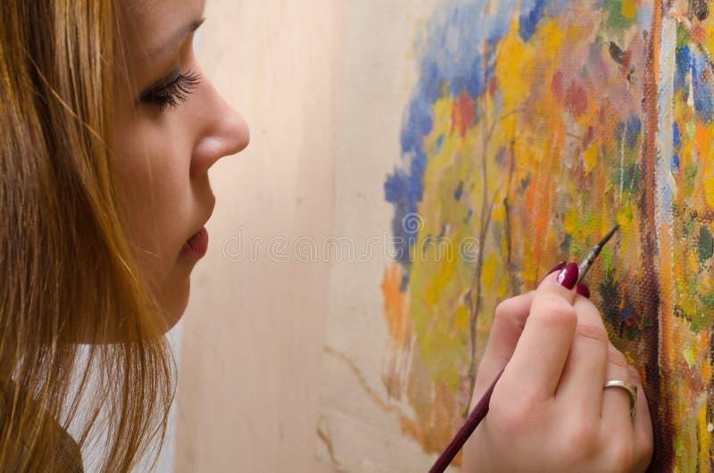 Jong vrouwelijk kunstenaar het schilderen landschap stock foto's