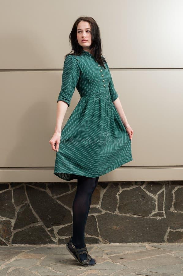 Jong vrouwelijk model met een natuurlijke blik die zich op haar tenen bevinden royalty-vrije stock afbeelding